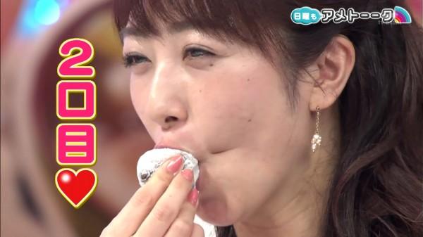 豆大福のあんこを吸い出して食べる川田裕美アナウンサー2口目