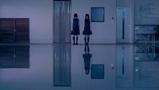 プールに影が映らない平手友梨奈
