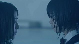 プールで見つめ合う長濱ねると平手友梨奈