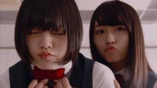 キス顔を披露する平手友梨奈と長濱ねる