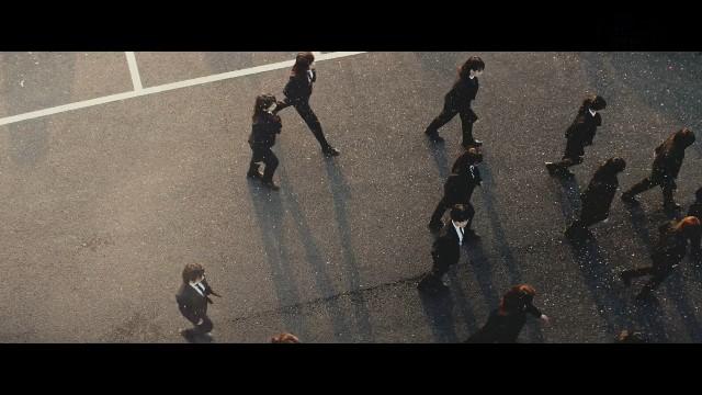 「風に吹かれても」で歩くメンバー