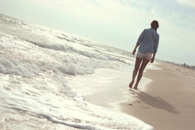 砂浜の波打ち際の足跡