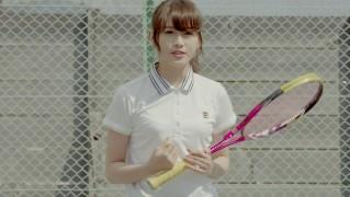 テニスをする守屋茜