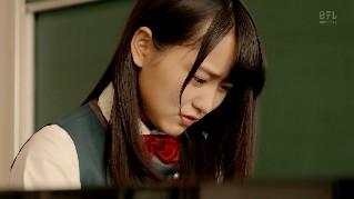 ピアノを演奏する菅井友香